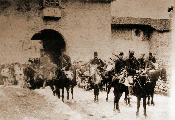 Turecká eskorta je připravena poskytnout ochranu navštěvníkům monastýru na začátku 20. století. V průběhu 19. stol. a začátkem 20. stol. dosáhl teror místních albánských klanů takových rozměrů, že bylo nemožné cestovat bez ozbrojeného doprovodu.