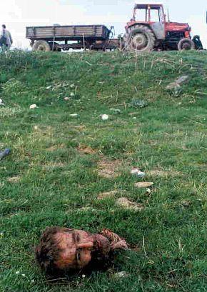 Civilní oběti bombardování NATO. Poslední dva obrázky dole: další civilní oběti kampaně NATO v Jugoslávii.